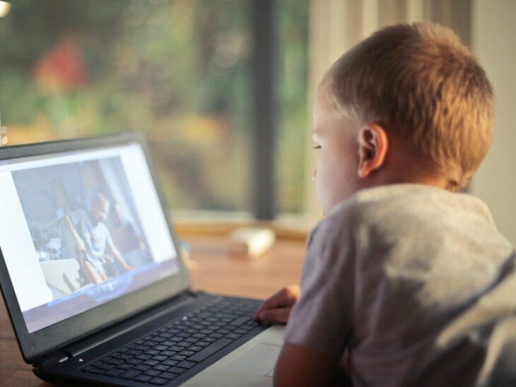 Educación online niños conectados a Internet de forma segura